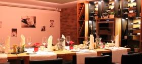 Lassen Sie den Urlaubstag in unserem Weinbar am Kamin ausklingen. Täglich geöffnet mit wechselnden Angeboten zur Happy Hour