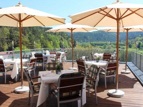 Genießen Sie den Blick auf die Pfälzer Berge von unserer Freisitz-Terrasse. Das Restaurant am Hirschhorn bietet Ihnen einen großarrtigen Ausblick in die Urlaubsregion Hauenstein.