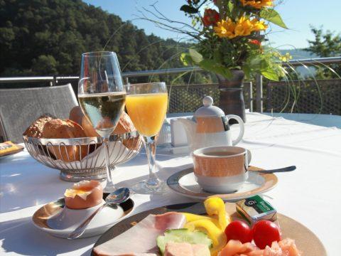 Unsere Panorama-Terrasse läd auch am Morgen bereits zum Frühstücken ein. Starten Sie Ihre Pfälzer Wandertage bei schönstem Blick auf den Pfälzer Wald.